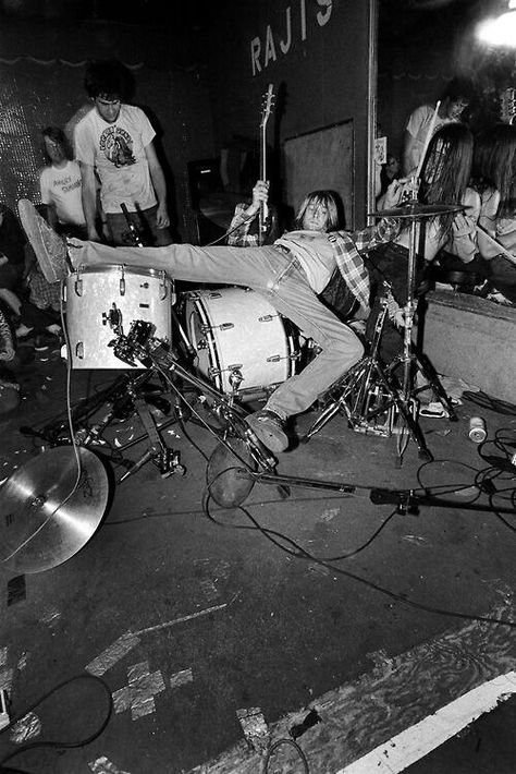 Nirvana consisted of Kurt Cobain (guitar, vocals), Krist Novoselic (bass guitar) and Dave Grohl (drums). Nirvana Kurt Cobain, Nirvana Art, Eddie Vedder, Rock And Roll, Music Rock, Alternative Rock, Donald Cobain, Scott Weiland, We Will Rock You