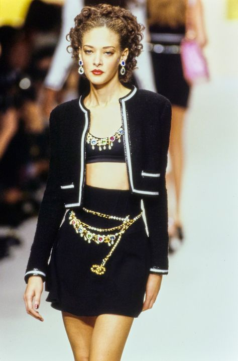 Chanel Spring 1995 Ready-to-Wear collection, runway looks, beauty, models, and reviews. Look Fashion, 90s Fashion, Couture Fashion, Runway Fashion, High Fashion, Fashion Show, Fashion Outfits, Fashion Design, Timeless Fashion
