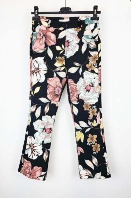 Moderne Hose Von Susy Mix Mit Buntem Blumenmuster Lockerer Sitz Mit Knopf Und Reissverschluss Ei Seitliche Einstecktasche In 2020 Moderne Hosen Hosen Elegante Mode