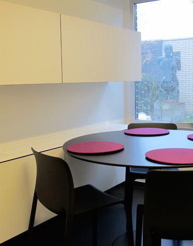 tafel orfis metaform / stoel first chair magis / napjes decopur / kasten maatwerk  meubart   totaal interieurconcept: van kleuradvies, gordijnen en verlichting tot een selectie hedendaagse kunst