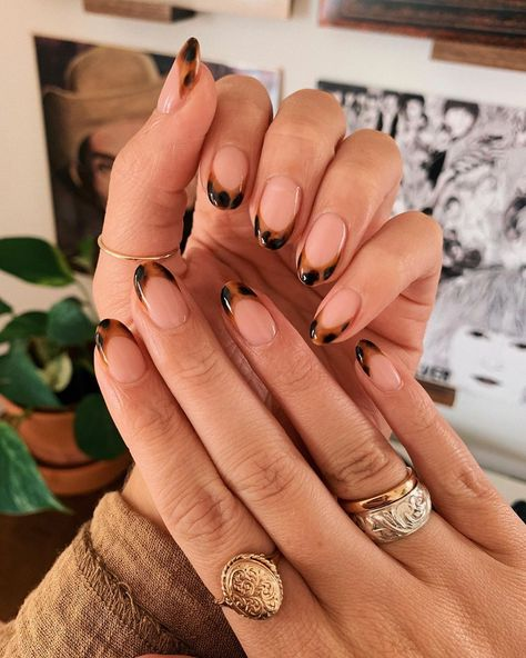 Tortoise shell nails have been coming up more and more, recently so we decided to gather a round up of inspiration pics to get in on this manicure trend.