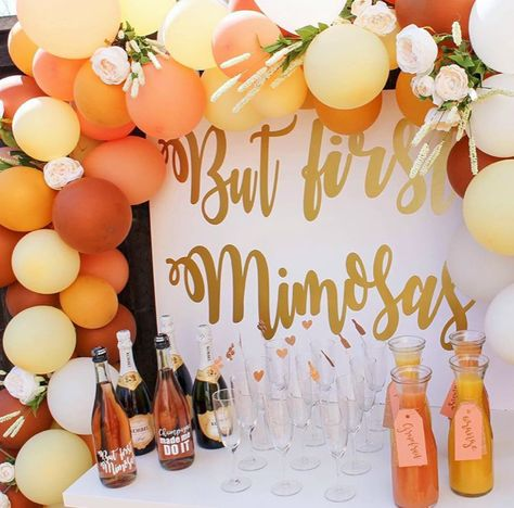 How to Plan the Perfect DIY Mimosa Bar for Your BFF's Bridal Shower - How to plan a DIY bridal shower mimosa bar- including recipes, signs, and other decoration ideas. Cadeau Baby Shower, Idee Baby Shower, Baby Shower Brunch, Tea Party Bridal Shower, Bridal Shower Rustic, Bridal Shower Decorations, Bridal Shower Favors, Shower Party, Bridal Shower Invitations