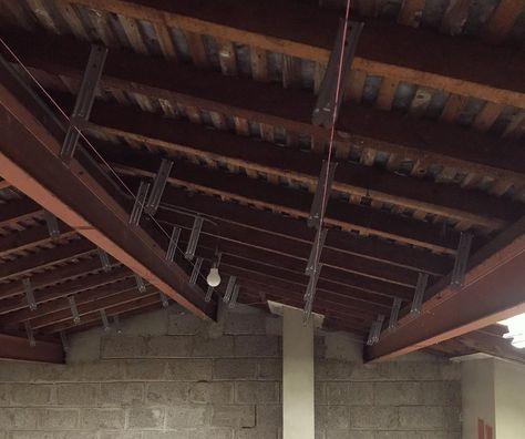 Avancement De La Pose Des Suspentes Les Suspentes Servent A Maintenir Les Fourrures Sur Lesquelles Seront Fixees Home Renovation Ceiling Lights Renovations