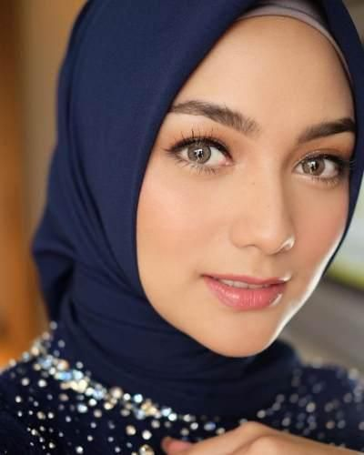 Cantiknya Citra Kirana Dengan Kebaya Navy Dan Makeup Flawless Saat Lamaran Rias Wajah Pengantin Jilbab Cantik Gaya Pengantin