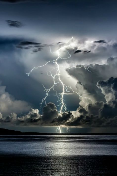 Un image tu relacion a storia porque va mediante tormenta. All Nature, Science And Nature, Amazing Nature, Nature Quotes, Lightning Photography, Nature Photography, Storm Photography, Photography Tips, Portrait Photography