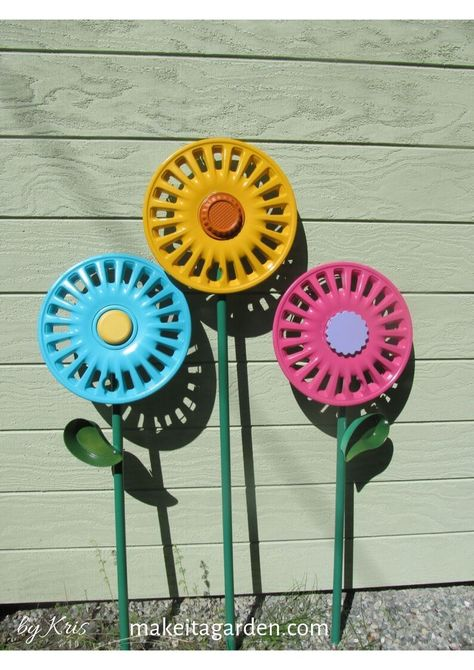 Learn how to make hub cap garden art flowers. Materials used in the tutorial are all plastic, so almost effortless when it comes to drilling or cutting. These are huge sellers for me at craft shows. Happily shared by Make it a Garden. Green Spray Paint, Spray Paint Colors, Flea Market Gardening, Glass Garden Art, Garden Whimsy, Painted Sticks, Hub Caps, Metal Flowers, Garden Crafts