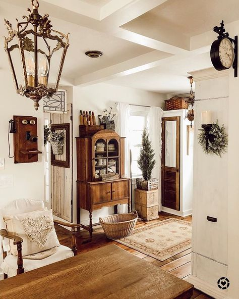20 Fabulous White Farmhouse Design Ideas 20 Fabulous White Farmhouse Design Ideas Kiki Addict KikiAddict entrance hall stairs An open family room and kitchen where the family nbsp hellip farmhouse Living Room French Country Rug, French Country Decorating, French Country Living Room, French Country Kitchens, French Country Bedrooms, English Living Rooms, English Cottage Kitchens, French Country Lighting, Cottage Style Living Room