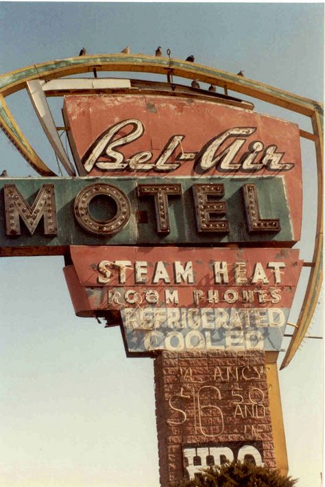 Neon: Bel-Air Motel Steam heat Room Homes Refrigerated Old Neon Signs, Vintage Neon Signs, Old Signs, Retro Vintage, Photo Wall Collage, Picture Wall, Geek Wallpaper, New Wall, Images Vintage