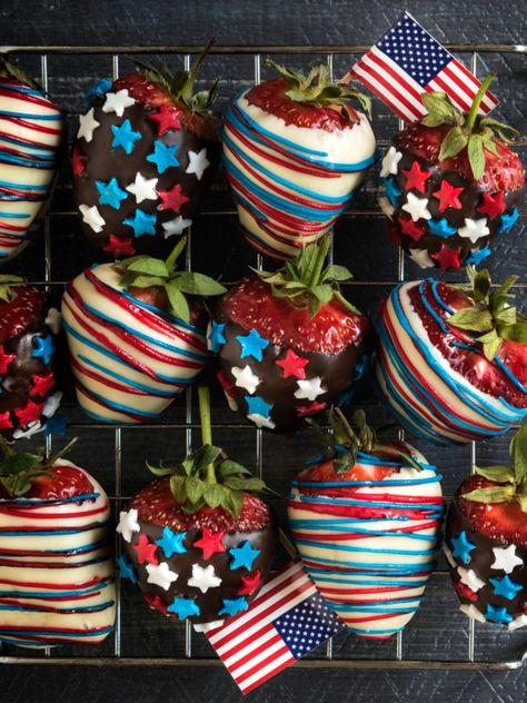 This easy to make patriotic chocolate covered strawberries recipe is the perfect red, white and blue way to celebrate America! Chocolate Strawberry Smoothie, Strawberry Box, Strawberry Delight, Chocolate Covered Strawberries, Strawberry Recipes, Strawberry Shortcake, Types Of Chocolate, How To Make Chocolate, Homemade Chocolate