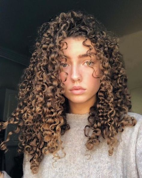 To have beautiful curls in good shape, your hair must be well hydrated to keep all their punch. You want to know the implacable theorem and the secret of the gods: Naturally curly hair is necessarily very well hydrated. Long Curly Hair, Curly Hair Styles, Natural Hair Styles, Mixed Curly Hair, Comb Over Haircut, Face Shape Hairstyles, Hair Vitamins, Beautiful Long Hair, Hair Transformation