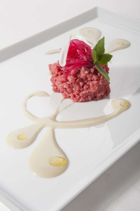 Carne cruda, cipolla rossa e salsa ostrica