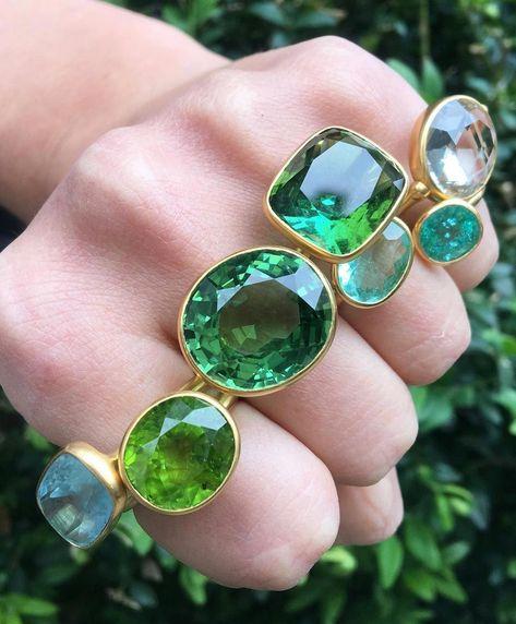 MARIE-HELENE DE TAILLAC sur Instagram : 🐸🌴🐢🍏🐍🌿🐊📗🌴🍀🍃💚🌵 -> green mood in our 🇺🇸NYC🇺🇸 store #ring #stacking #gold #22k #green #greentourmaline #peridot #paraiba #aquamarine #quartz… #creatingjewelryetsy