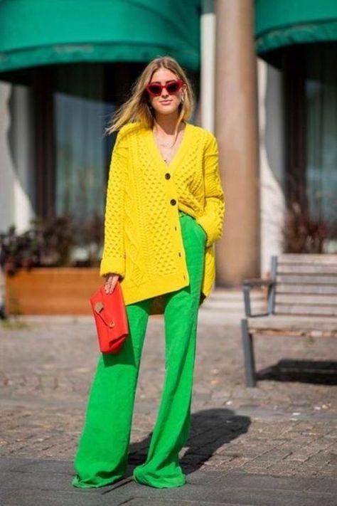 يعد اللون الأصفر من الدرجات الرائجة بشكل كبير ضمن صيحات موضة 2020، لهذا يمكن أن تجديه بأقرب متجر عند النزول. وبالتأكيد أنت مثلي مجرد مشاهدة قطعة ملابس بلون زاهي في أحد المتاجر تقومين بشرائها بدون تردد أو تفكير في كيفية ارتدائه أو تنسيقه مع باقي الألوان. لهذا وبعد أن قمت بشراء قطعة جديدة باللون الأصفر في خزانة ملابسي قمت بالتفكير اليوم في كيفية تنسيقها مثل مدوني الموضة وكي أساعدك أنت أيضًا في ارتدائها.