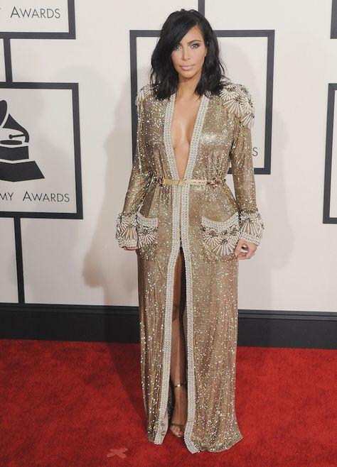 You love her or you hate her. Kim Kardashian is misschien wel de meest geliefde en tegelijkertijd meest gehate persoon op de wereld. Maar één ding moet je haar nageven:Kim Kardashians look is altijd helemaal on point. Afgelopen jaar verscheen Kim op de rode loper van de Grammy's in een lange gouden jurk en zette daar mee een trend voor het gehele jaar.
