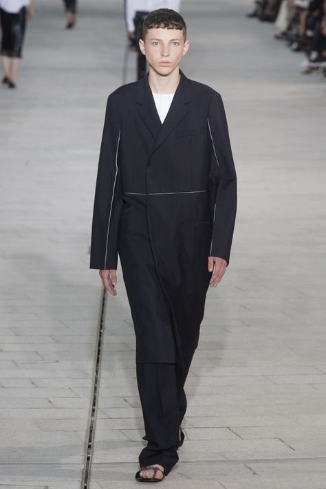 See all the Collection photos from Jil Sander Spring/Summer 2018 Ready-To-Wear now on British Vogue