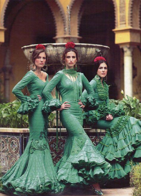 Diseños de Faly 'De la Feria al Rocío'. Revista HOLA.