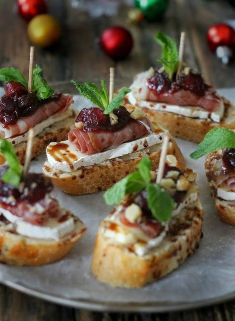 Tapas Reception - Cranberry, Brie and Prosciutto Crostini with Balsamic Glaze Snacks Für Party, Appetizers For Party, Appetizer Recipes, Canapes Recipes, Prosciutto Recipes, Meat Appetizers, Party Food Ideas, Brunch Recipes, Brie Appetizer