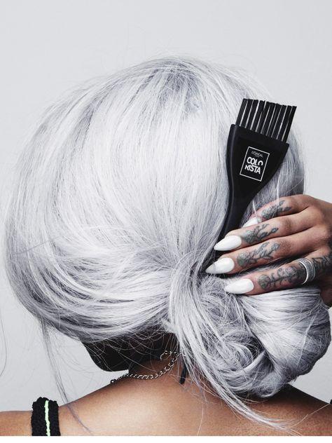 Die Permanent Paints aus der Colorista Serie gibt es in acht metallischen Tönen, darunter natürlich auch Grau. Mit einem Pinsel wird die Coloration aufgetragen: Für Mutige mit Selbst-Färbe-Skills. Wir würden für eine permanente Coloration in so einer starken Farbe lieber zum Friseur gehen!Noch mehr Haarfarben 2017 hier
