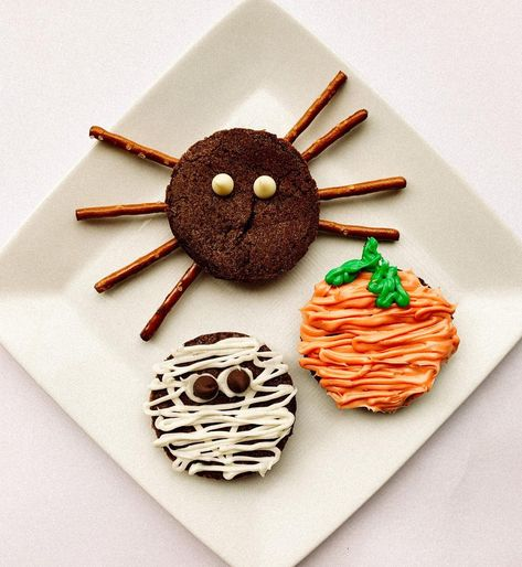 "𝕂𝕖𝕝𝕝𝕪 𝕄𝕠𝕣𝕣𝕚𝕤 on Instagram: ""Time to make some spooky treats! 👻 🎃   #halloween #halloweentreats #brownies #baking #bakingwithkids #yummy #treats fun #funtimes…"""