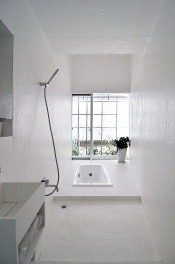 床壁天井 すべてが白の家 家っぽくない 家で家族生活を楽しむ 家