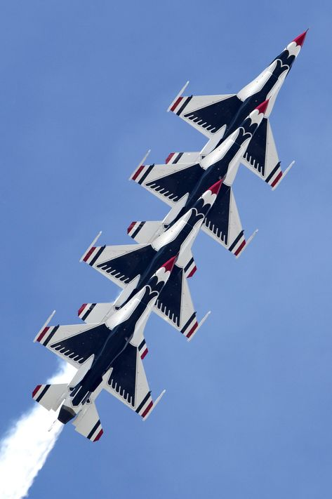 Air Force Thunderbirds Demonstration Team performs a split-second aerial maneuver during the Arctic Thunder Open House at Joint Base Elmendorf-Richardson Alaska June 30 2018 Airplane Fighter, Airplane Art, Fighter Aircraft, Fighter Jets, Us Navy Blue Angels, F 16 Falcon, Us Air Force, Aviation Art, Air Show
