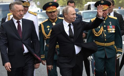 С временно исполняющим обязанности губернатора Санкт-Петербурга Александром Бегловым (слева) и Министром обороны Сергеем Шойгу по окончании Главного военно-морского парада.