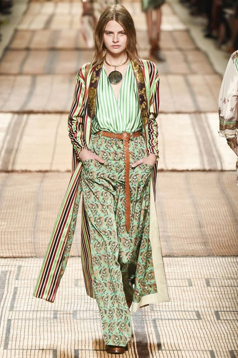 Etro Spring 2017 Ready-to-Wear Fashion Show See the complete Etro Spring 2017 Ready-to-Wear collection.