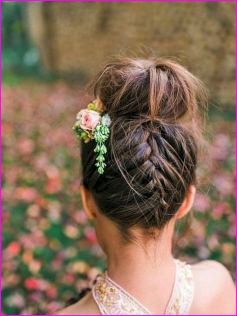 Best 50 Wedding Short Hairstyles with Flowers - Wass Sell #hair #weeding #shorthairstyles #shorthair
