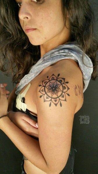 tattoo schulter frau mandala