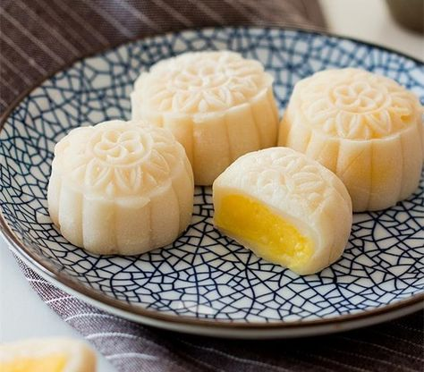 Snow Skin Mooncake for coming mid-autumn day In Vietnam, we eat mooncakes during Mid-autumn festival every year. Traditional Chinese Snow Skin Mooncake with creamy custard filling Mooncake Recipe, Dango Recipe, Baking Recipes, Dessert Recipes, Rice Recipes, Authentic Mexican Recipes, Custard Filling, Filling Recipe, Filling Food