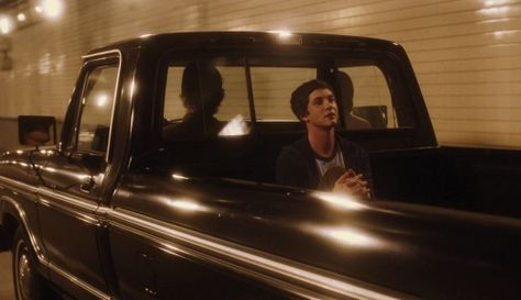 Best 10 quotes from The Perks of Being a Wallflower This is a story of coming of age and coming to terms of a boy entering high school and adulthood. Freshman Charlie (Logan Lerman) almost by accident becomes friends with Patrick (Ezra… Film Gif, Film Serie, Film Stills, Katniss Everdeen, Movie Shots, Movie Tv, Movie Gifs, Iconic Movies, Good Movies