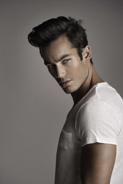 Aaron Diaz as MacBeth This actor has been seen in numerous Mexican Telenovelas and Mexican movies as well. Whatever his role is, he is usually shown as being physically attractive and strong, but weak and vulnerable in the inside like MacBeth. As for awards, he has won the Miami Life Award, Best Male Lead in a Telenovela, Premios Tu Mundo Award, Favorite Lead Actor and he has hosted the Latin American Music Awards.