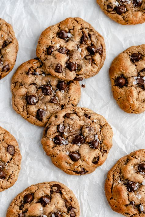 Thick, chewy peanut butter oatmeal chocolate chip cookies. Gluten free, flourless peanut butter cookies made with 7 simple ingredients! #flourless #cookies #peanutbuttercookies #glutenfreedessert #healthycookies #oatmealcookies #cookierecipe #healthydessert #healthybaking