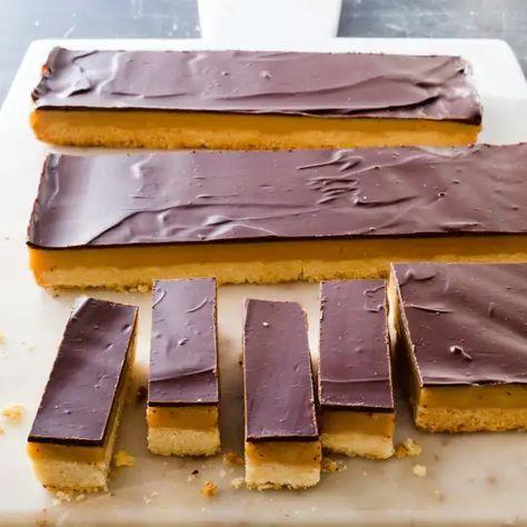 Caramel Chocolate Bar, Chocolate Topping, Chocolate Caramels, Chocolate Desserts, Shortbread Bars, Shortbread Recipes, Cookie Recipes, Dessert Recipes, Caramel Shortbread