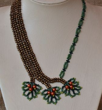 3 Leaves Necklace Beading Pattern by Cecilia Rooke at Bead-Patterns.com