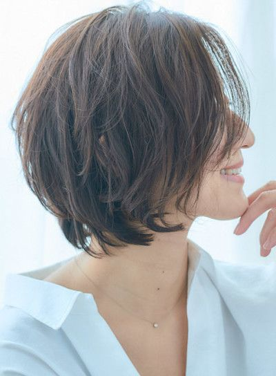 40代50代似合う髪型 女性らしいフォルムの大人ショートボブ
