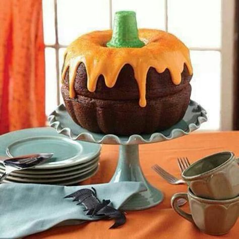 2 bundt cakes, orange icing and a green ice cream cone for a stem. How adorable is this? 2 bundt cakes, orange icing and a green ice cream cone for a stem. How adorable is this? Bolo Halloween, Halloween Torte, Pasteles Halloween, Halloween Sweets, Halloween Calabaza, Halloween Baking, Halloween Halloween, Halloween Chocolate, Halloween Potluck Ideas