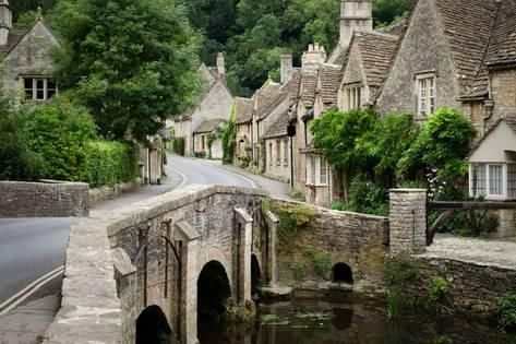 The quaint fairy tale village of Castle Combe at the border between the Cotswolds and Wiltshire with its characteristic bridge. Rural England at its best. English Village, Le Village, English Cottages, Village Houses, Stonehenge, Portsmouth, Cotswolds Tour, Places To Travel, Campinas