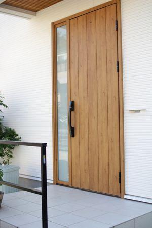 外壁に傘掛けを設置 玄関ドア おしゃれ 玄関 手すり 玄関ドア 木製