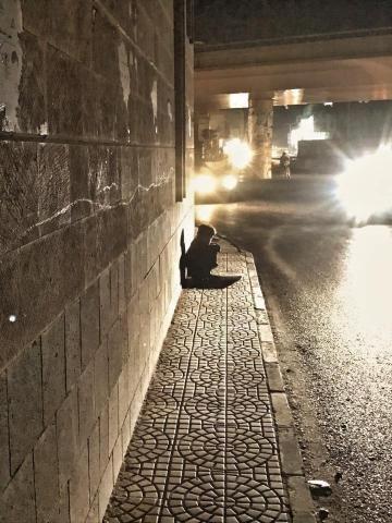 مصير مؤلم لفتى الميزان الواقف لسنوات متكئا على جدار مكتب الرئاسة بصنعاء صورة Railroad Tracks Road Alley