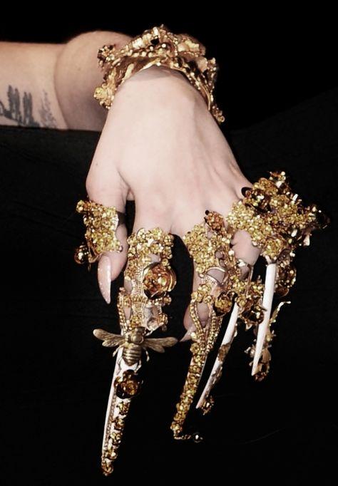 Mystical claws- Lady Gaga hand on Fame launch at Harrods in London, 07 October 2012 Mode Kpop, Accessoires Photo, Armor Ring, Mode Glamour, Gold Aesthetic, Costume Design, Harrods, Ideias Fashion, Jewelry Accessories