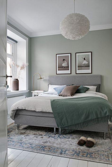 Bucătărie deschisă către living, accente elegante de roșu, albastru și verde și o amenajare practică pentru acest micuț apartament ti...