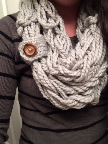 Arm Knit Scarf, tutorial: http://www.simplymaggie.com/how-to-arm-knit ♥ love the button touch