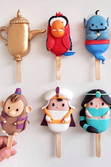 Drool Over Your Favorite Disney Characters Thanks to These Amazing Cake Pop Designs Disney Desserts, Disney Food, Fun Desserts, Disney Cake Pops, Disney Cakes, Princess Cake Pops, Paletas Chocolate, Cake Paris, Comida Disney