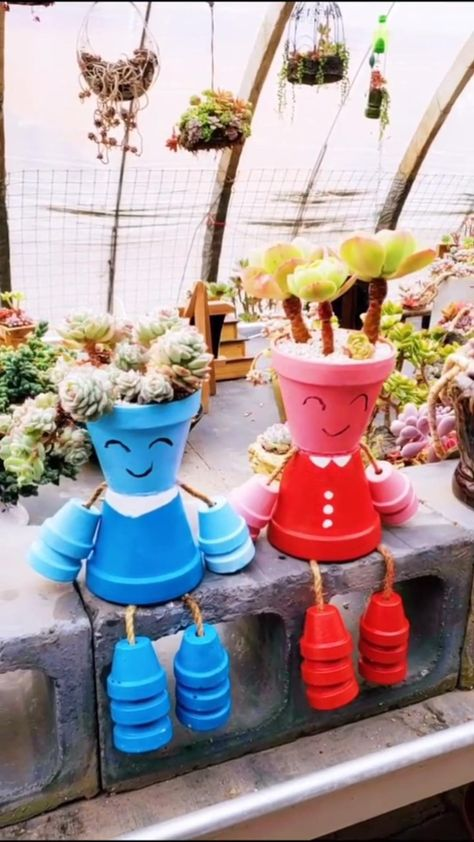 Want to get creative with flower pots? This is soooo cute! It's perfect for my succulent! Flower Pot Art, Clay Flower Pots, Flower Pot Crafts, Clay Pot Crafts, Clay Pots, Paint Garden Pots, Painted Plant Pots, Painted Flower Pots, Diy Garden Projects