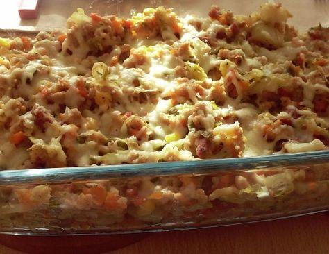 Für die überbackenen Weißkraut-Spätzle das Mehl mit dem Salz, dem Wasser und den Eiern gut verrühren. In einem weiten Topf Salzwasser zum Kochen