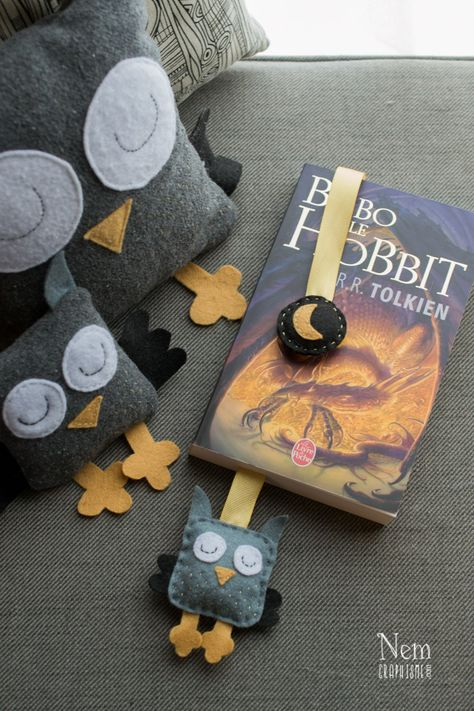 DIY marque-page hibou / DIY owl bookmark - Nemgraphisme.com Shop : http://www.alittlemarket.com/marque-pages/fr_marque_pages_hibou_en_ruban_et_feutrine_ouate_gris_et_jaune_-9646319.html