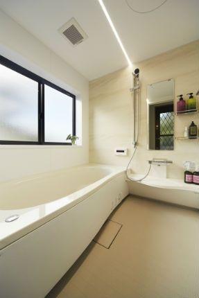 施工事例 浴室 お風呂 クレマストーン柄とフラットラインled照明で明るいバスルーム 明るいバスルーム お風呂 リフォーム バスルーム
