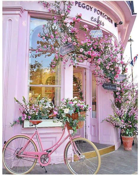 Have you ever seen a prettier cake shop than this? Seeing this pink building always makes me happy, it does really yummy cakes, but add…