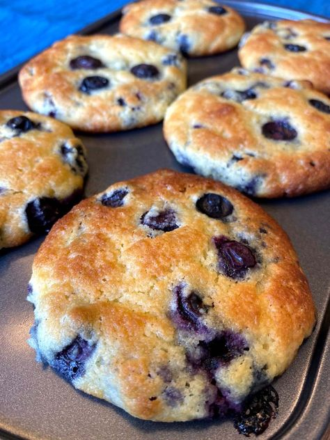 These keto blueberry muffins are amazing! They are low-carb, gluten-free, big and delicious! In fact, most people can't tell they are not regular muffins! Keto Blueberry Muffins With Almond Flour - low carb blueberry muffins with almond flour Keto Blueberry Muffins, Almond Flour Muffins, Almond Flour Recipes, Blue Berry Muffins, Almond Flour Desserts, Keto Breakfast Muffins, Almond Flour Bread, Low Carb Breakfast Easy, Almond Flour Cookies